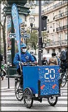 ??  ?? Distribution de 20 Minutes dans Paris en triporteur, en octobre 2020.