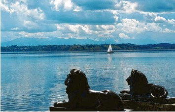 ?? Foto: Ursula Düren, dpa ?? Eine Idylle, die man sich aber auch leisten können muss: Der Starnberger See gehört zu den Gegenden, an denen bevorzugt ver‰ mögende Senioren leben.