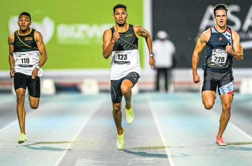 ?? Picture: Gallo Images ?? Wayde van Niekerk on his way to victory in the 200m from Tsebo Matsoso and Nicholas Ferns at the senior track and field national championships yesterday.