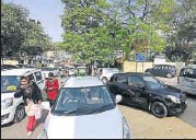 ?? SUSHIL KUMAR/HT FILE ?? Roadside parking uses up precious land, which is extremely valuable and has many competing demands.