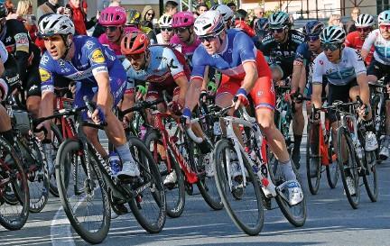 ??  ?? L'Italien Elia Viviani (à gauche) sera la principale tête d'affiche des Trois Jours de La Panne aujourd'hui, en attendant les cadors des classiques flamandes (dont Arnaud Démare, derrière lui, ici lors de Milan-San Remo) à partir de vendredi à Harelbeke.