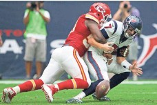 ?? JASON FOCHTMAN, AP ?? The Chiefs' Justin Houston, sacking the Texans' Brian Hoyer and forcing a fumble Sunday, barely missed the record in 2014.