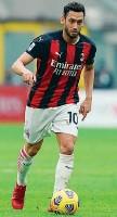 ?? LAPRESSE ?? Il 10 Hakan Calhanoglu, 27 anni, è arrivato al Milan nel 2017 il club sa bene che all'orizzonte ci sono altri rinnovi importanti e tutti aspettano di conoscere le modalità di quest'accordo per calibrare le proprie richieste.