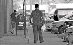 ??  ?? USUARIOS DEL SERVICIO postal en San Luis, en donde se ha expresado preocupación porque los fomatos para el Censo 2020 se hagan llegar a los residentes a través del correo, ya que ni esta ciudad, ni Somerton, cuentan con distribución de correo a domicilio.