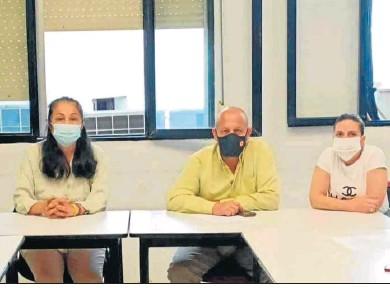 ??  ?? Raúl Ruiz-Berdejo durante la reunión con representantes del colectivo de la limpieza en los colegios.