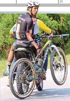 ??  ?? PELUMBA membonceng marshal selepas mengalami kerosakan basikal.