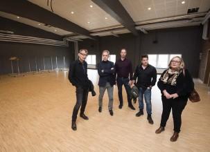 ??  ?? RUNDTUR. Totalt har Kulturhuset två scener: den i konsertsalen och foajéscenen och Lars Nilsson, arkitekt på White arkitekter, visar runt i Kulturhuset. På den