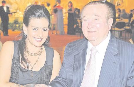 ??  ?? María Clemencia Pérez aparece sentada junto a su fallecido esposo, el expresidente de la Conmebol, Nicolás Leoz Almirón. Ambos recibieron millonarias sumas a sus cuentas personales desde la cuenta bancaria de la Conmebol.