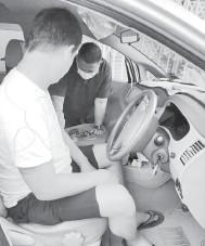 ??  ?? DICEKUP: Suspek ditangkap ketika dipercayai sedang leka menjual loteri awam tanpa lesen di dalam keretanya.
