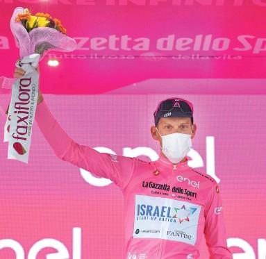 ?? PHOTO AFP ?? Alessandro De Marchi célèbre sur le podium après la quatrième étape du Tour d'italie, hier.