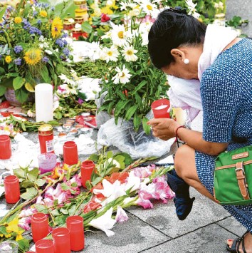 ?? Archivfoto: Peter Kneffel, dpa ?? Kurz nach dem Attentat im Juli 2016 war die Trauer für viele Menschen in München überwältigend. Angesichts der schrecklichen Tat schien auch Tage später die gesamte Stadt noch unter Schock zu stehen.