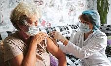 ?? FOTO REUTERS ?? Očkování proti covidu v Rusku vázne, přiznal včera Kreml. Snímek z masové vakcinace obyvatelstva byl pořízen ve Volgogradské oblasti.