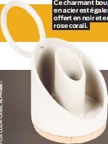 ??  ?? Ce charmant bougeoir en acier est également offert en noir et en rose corail.