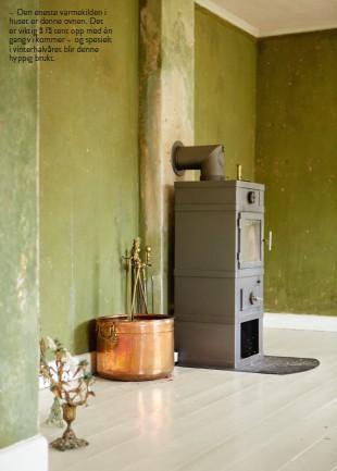 ??  ?? – Den eneste varmekilden i huset er denne ovnen. Det er viktig å få tent opp med én gang vi kommer – og spesielt i vinterhalvåret blir denne hyppig brukt.