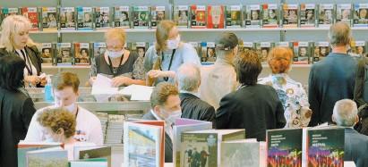 ?? / ЗЫКОВ КИРИЛЛ / АГЕНТСТВО «МОСКВА» ?? Московская международная книжная ярмарка проводится с 1977 г. За это время она превратилась в крупнейший книжный форум России и Восточной Европы