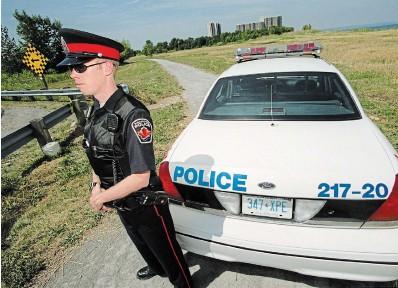 ?? THE HAMILTON SPECTATOR FILE PHOTO ?? Hamilton police guard the crime scene in Stoney Creek where Frank Figliola's body was found in August 2001, just off a walking path near Lake Ontario.