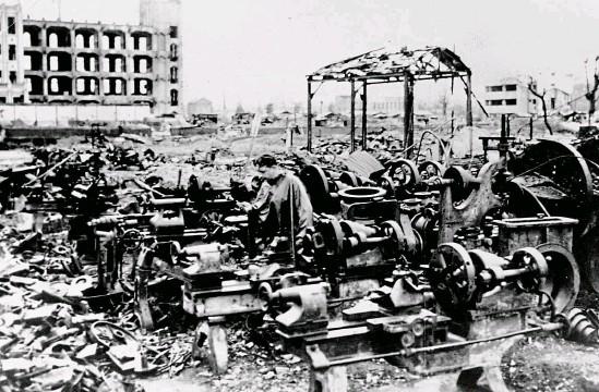 ?? FOTO PROFIMEDIA.CZ ?? Tokio po americkém bombardování v březnu 1945