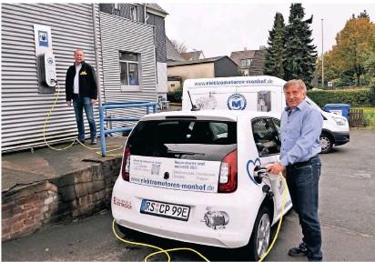 ?? FOTO: ANNA MAZZALUPI ?? Christian Pernat (r.), Geschäftsführer der Monhof Antriebstechnik GmbH, und Oliver Schwarwächter, Geschäftsführer SMS Elektrogroßhande, setzen gemeinsam auf die E-Mobilität.