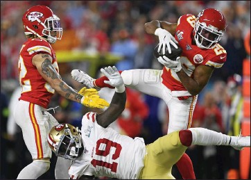 ?? JOSE CARLOS FAJARDO — STAFF PHOTOGRAPHER ?? The Chiefs' Kendall Fuller (29) intercepts a pass intended for the 49ers' Deebo Samuel (19) late in the fourth quarter.