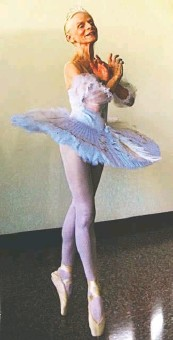 ?? ELLEN HAROLD ?? Suzelle Poole, 78, says she took her first ballet lesson at age 7. She continues to teach and perform.