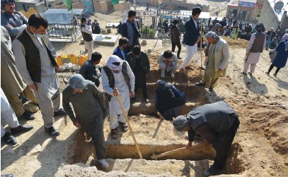 ?? Picture: AFP ?? HEARTBREAKING TASK. Shiite mourners and relatives yesterday dig graves at a desolate hilltop cemetery in Dasht-e-Barchi on the outskirts of Kabul for girls who died in multiple blasts outside a school. The death toll has risen to 50, the interior ministry said.