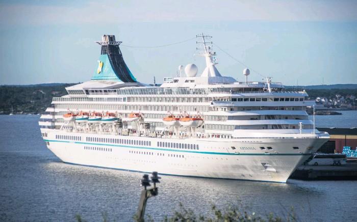 ?? Bilder: Erik Zienau ?? I går morse kom årets första kryssningsfartyg till Grötö rev i Lysekil. Det var tyska M/S Artania med plats för 1 200 passagerare.