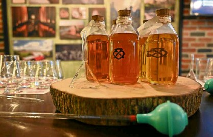 ??  ?? Whiskey blending kit for the Chivas master class