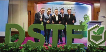 ??  ?? Labuan launch: (from left) DSTE administrative and investor relations head Steven Goon, business development head Datuk Seri Jerry Tay Yeong Min, CEO Datuk Seri Tan Choon Keng, Lim and Chin pose on stage at DSTE's launch in Labuan on Saturday.
