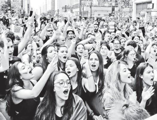 ?? Paulo Whitaker/Reuters ?? Jovens participam de manifestação pelo impeachment da presidente Dilma Rousseff (PT) e contra o ex-presidente Lula, em frente ao prédio da Fiesp (Federação das Indústrias de São Paulo); segundo a PM, cerca de 4.000 estiveram no local durante o período...