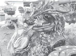 ?? — Gambar Bernama ?? BAHAN KITAR SEMULA: Arca berbentuk kepala naga dan itik yang diperbuat daripada tayar terbuang adalah antara arca yang dihasilkan oleh Zazali.