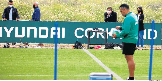 ?? MIGUEL ÁNGEL SALAS ?? Germán Crespo repasa sus notas en un entrenamiento, con Juanito y demás responsables del club al fondo.