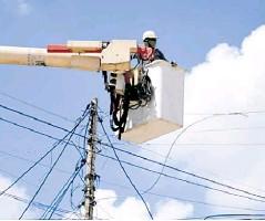 ??  ?? Operarios de Air-e trabajan en las redes.
