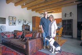 ?? GABRIELA CAMPOS/THE NEW MEXICAN ?? LEFT: Frank Zincavage and Susan Lefkowich moved from California to a new house in 'EJville' in March.