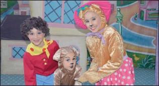 ??  ?? WOOF: Tessie Bear gives Bumpy Dog a bone: Noddy (Lia Sachs), Tessie Bear (Taya Allardice), Dog (Shani Sachs)