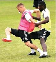 ?? SASCHA STEINBACH/EPA ?? AWAL KERIBUTAN: Antonio Ruediger (kanan) mengganjal Joshua Kimmich dalam sesi latihan kemarin.