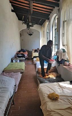 ??  ?? I locali della parrocchia di Vicofaro che ospitavano 100 migranti. A destra, don Biancalani con i giornalisti