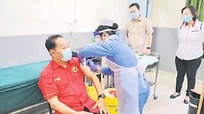 ??  ?? AKUR: Wong menerima suntikan vaksin COVID-19 di Klinik Kesihatan Lanang semalam.