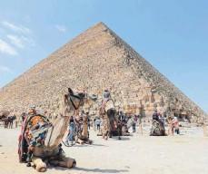 ?? FOTO: SUI XIANKAI/DPA ?? Weniger Touristen als üblich besuchen den Aussichtspunkt der Gizeh-Pyramiden. Der lokale Tourismus in Ägypten ist durch die Corona-Pandemie stark beeinträchtigt worden.