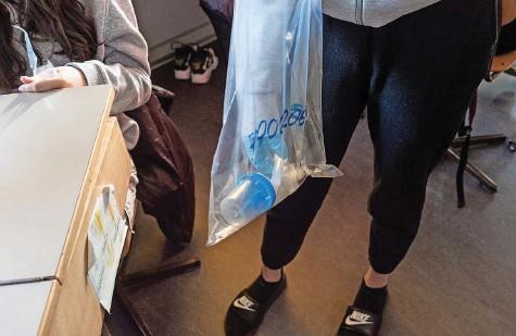 ?? Foto: Franziska Rothenbühler ?? Coronaschnelltests an Volksschulen: Eine Schülerin sammelt die Spuckproben ein.