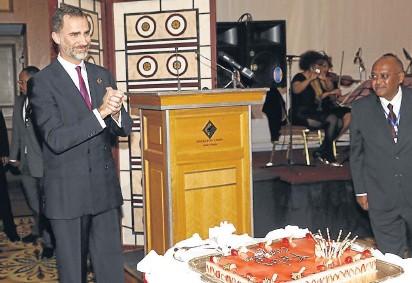 ?? EFE ?? Don Felipe fue homenajeado en Adís Abeba con una tarta por su 47.º cumpleaños
