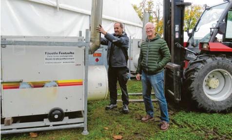 ?? Fotos: Peter Bauer ?? Der Aufbau für die Mittelschwabenschau KRU ist in vollem Gange. Unser Bild zeigt rechts KRU-Organisator Hans-Peter Ziegler und links Zeltvermieter Josef Fäustle aus Kirchhaslach.