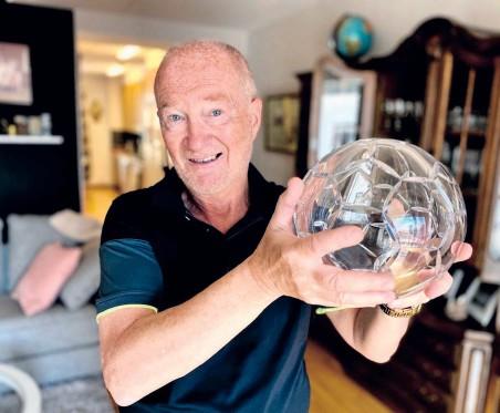 ?? Bild: Clas-Göran Sandblom ?? Tung, dyr och en påminnelse om när Lars Olov Mattsson tog upp Ljungskile i allsvenskan 1996. Guldbollen förärades han av Tommy Svensson, den dåvarande förbundskaptenen.