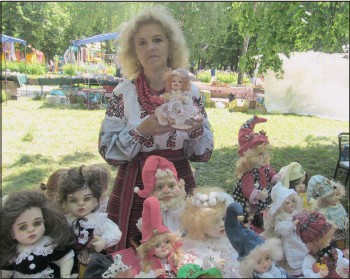 ??  ?? Раїса Біла робить ляльки із синтепону та полімерної глини. Продає їх по ціні від 500 до 700 гривень