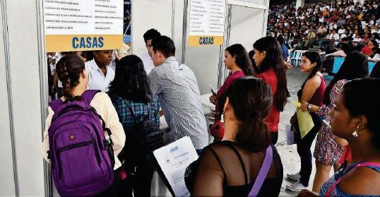 ?? JORGE PEÑAFIEL ?? ► El pasado sábado, miles de jóvenes acudieron a presentar sus documentos para recibir los premios que otorga el programa Jóvenes Ejemplares.
