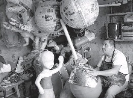 ?? LUIS ANTONIO ROJAS THE NEW YORK TIMES ?? Ivan Mena Álvarez is a piñata maker whose great-grandparents owned one of the first shops in the Mexico City neighborhood of Cuauhtémoc.