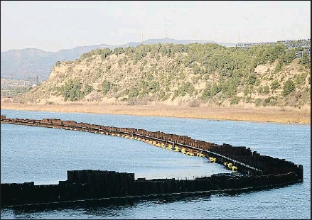 ?? VICENÇ LLURBA ?? La zona afectada por los vertidos tóxicos y radiactivos en el pantano de Flix, al paso del río Ebro