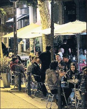 ?? XAVIER GÓMEZ/ARCHIVO ?? Terrazas en la calle Enric Granados