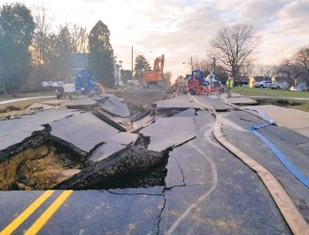 ?? RICKKINTZEL/MORNING CALL ?? Devonshire Road in Allentown after a water main break.