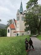 ??  ?? Třikrát Schilling und Graebner. Zleva doprava: zdevastovaný interiér kostela v Hrobě, okno duchcovského chrámu, kostelík v Herlíkovicích a hrobský kostel na dobovém snímku.