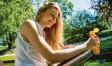 ?? Foto: Klose, dpa ?? Eincremen ist wichtig, doch die Sonnen‰ creme sollte nicht alt sein.
